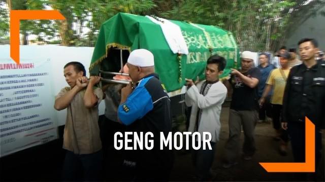 Seorang remaja tewas dibacok geng motor saat akan memberikan sumbangan ke panti asuhan. Korban kesulitan menyalakan motor saat dihampiri geng motor bersenjata tajam.