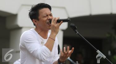 """Penampilan Vokalis band Noah Ariel dalam Intimate Music Concert bertajuk """"Eargasm Noah"""" yang digagas oleh vidio.com, di kawasan kota,Jakarta,Rabu (15/6/2016). Band Noah membawakan 8 lagu dalam konser tersebut (Liputan6.com/Herman Zakharia)"""
