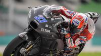 Pembalap penguji Ducati, Casey Stoner saat melakoni tes menuju MotoGP 2018 di Sirkuit Sepang, Malaysia. (MOHD RASFAN / AFP)