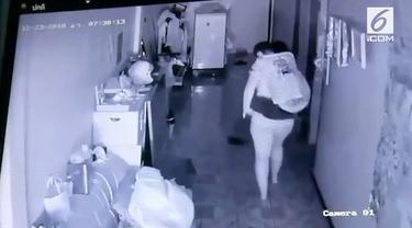 Rekaman seorang pria pulang ke rumah dalam keadaan mabuk. Sang istri dengan cekatan menyambut dan menggendongnya ke kamar.