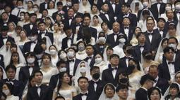 Sejumlah pasangan mengikuti kegiatan nikah massal di Cheong Shim Peace World Center di Gapyeong, Korea Selatan, Jumat, (7/2/2020). Diperkirakan ada ribuan pasangan mengikuti pernikahan massal tersebut. (AP Photo/Ahn Young-joon)