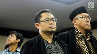 Terdakwa dugaan suap pemberian opini WTP pada laporan keuangan Kemendes PDTT, Rochmadi Saptogiri (tengah) jelang sidang putusan di Pengadilan Tipokor, Jakarta, Senin (5/3). Rochmadi divonis hukuman tujuh tahun penjara. (Liputan6.com/Helmi Fithriansyah)