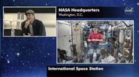 Brad Pitt wawancara dengan astronot NASA. Dok: NASA