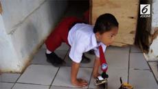 Bocah berusia 8 tahun asal Sukabumi ini menggunakan sandal pada tangannya agar tak terluka ketika merangkak sejauh 3 kilometer ke sekolah.