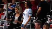 Istri striker Jamie Vardy, Rebekah, menyaksikan laga Inggris melawan Islandia di Piala Eropa 2016. (AFP/Paul Ellis)