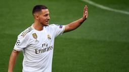 Gelandang Real Madrid, Eden Hazard, menyapa suporter saat perkenalan dirinya di Stadion Santiago Bernabeu, Madrid, Kamis (13/6). Dirinya didatangkan Madrid dari Chelsea dengan kontrak lima musim. (AFP/Gabriel Bouys)