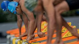 Foto Olahraga Terbaik - Para atlet difabel mengikuti lomba cabang renang pada Peparnas 2016 di Kolam Renang UPI, Bandung, Jumat (21/10/2106). (Bola.com/Vitalis Yogi Trisna)