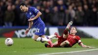 Gelandang Chelsea, Pedro, berebut bola dengan gelandang Liverpool, James Milner, pada laga Piala FA di Stadion Stamford Bridge, Selasa (3/3/2020). Chelsea menang 2-0 atas Liverpool.(AP/Kirsty Wigglesworth)