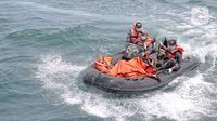 Tim SAR mengevakuasi kantong jenazah berisi puing, pakaian, dan bagian tubuh manusia pascajatuhnya pesawat Sriwijaya Air SJ 182 di perairan Kepulauan Seribu, Jakarta, Selasa (12/1/2021). Temuan tersebut akan dibawa dan dikumpulkan ke Pelabuhan JICT II. (Liputan6.com/Faizal Fanani)