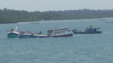 KKP Tenggelamkan 10 Kapal Berbendera Vietnam dan Malaysia di Perairan Air Raja, Galang Batam pada Rabu (3/3/2021). (Foto: Liputan6.com/Dok. KKP)