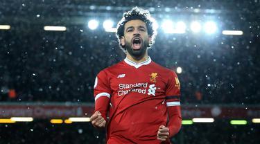 Gelandang Liverpool, Mohamed Salah merayakan gol yang dicetaknya ke gawang Watford pada laga Premier League di Stadion Anfield, Liverpool, Sabtu (17/3/2018). Liverpool menang 5-0 atas Watford. (AFP/Lindsey Parnaby)