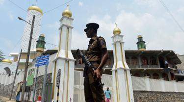 Seorang polisi bersenjata meningkatkan pengamanan sebuah masjid menjelang Salat Jumat di ibukota Sri Lanka, Kolombo, Jumat (9/3). Penjagaan dilakukan menyusul kekerasan anti-Muslim yang dikhawatirkan menyebar ke seluruh negeri. (ISHARA S.  KODIKARA/AFP)