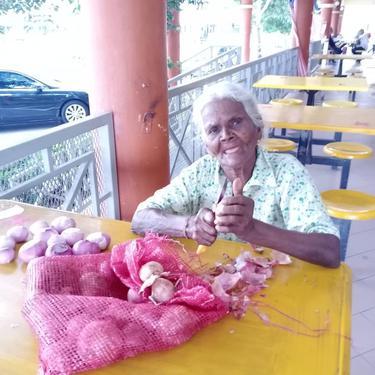 Demi Sambung Hidup, Nenek Usia 84 Tahun Ini Rela Kerja Mengupas Bawang