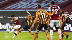 Pemain West Ham United, Felipe Anderson, melepaskan tendangan saat melawan Hull City pada laga Piala Liga Inggris di Stadion London, Rabu (23/9/2020). West Ham menang dengan skor 5-1. (AP/Alastair Grant, Pool)
