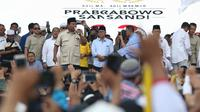 Capres nomor urut 02, Prabowo Subianto saat berorasi di depan pendukungnya di area Stadion Pakansari, Kab Bogor, Jumat (29/3). Kampanye terbuka itu dihadiri sejumlah tokoh partai politik yang tergabung dalam Koalisi Indonesia Adil Makmur. (Liputan6.com/Helmi Fithriansyah)
