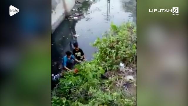 Dua pemotor ugal-ugalan masuk ke kolam. Bukannya mendapat pertolongan warga, mereka malah mendapat cacian.