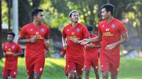 Arema FC latihan perdana di bulan Ramadan di Lapangan Ketawang, Kabupaten Malang, Senin (19/4/2021). (Bola.com/Iwan Setiawan)