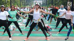 Peserta mengikuti kegiatan dalam acara Andalan Freshtival Special Kartini Day di GBK Plaza Selatan Senayan, Jakarta, Minggu (21/4). Acara yang diikuti oleh ratusan perempuan tersebut diadakan dalam rangka memeringati Hari Kartini. (Liputan6.com/Immanuel Antonius)