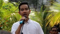 Gibran Rakabuming Raka saat memberikan kata sambutan di hadapan para relawan sebelum berangkat mendaftar ke DPD PDIP Jawa Tengah di Semarang, Kamis (12/12).(Liputan6.com/Fajar Abrori)