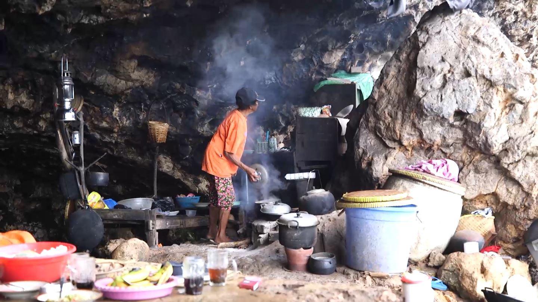 Sudut Gua Langse yang Dijadikan Dapur oleh Mbah Kijem (Liputan6.com/Balgoraszky Arsitide Marbun)