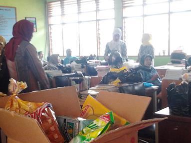 Inilah dunia pendidikan kita, sekolah sekarang ini berubah menjadi pasar. Ketika murid beristirahat guru-guru berdagang di dalam ruang guru SMP I, Minasa Tene, Pangkajene, Sulawesi Selatan.