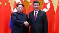 Kim Jong Un bertemu Presiden China Xi Jinping. (Ju Peng/Xinhua via AP)
