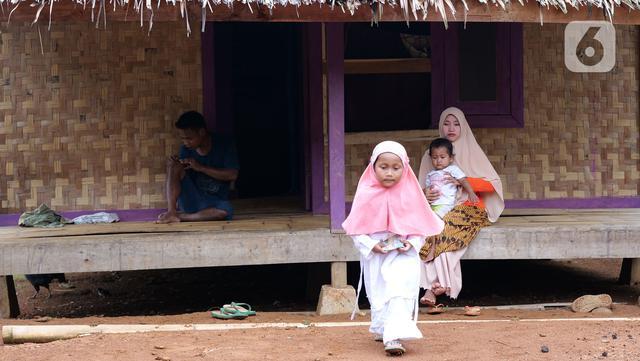 Istri dan anak Hamid Bambang Kusomo (28) saat ditemui di pemukiman mualaf yang berbatasan dengan daerah adat Baduy. Hamid mengaku nyaman menetap di pemukiman warga muslim tersebut. Puasa Ramadhan 2021 menurutnya menjadi momentum untuk meningkatkan belajar agam Islam. (Liputan6.com/Herman Zakharia)