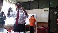 Ketua Tim Macan Polrestabes Makassar, AKBP Diari Estetika saat memperlihatkan narkoba hasil tangkapan (Liputan6.com/ Eka Hakim)