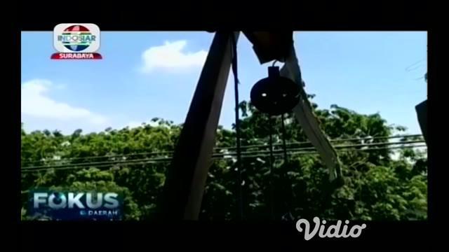 Nasib tragis menimpa seorang pekerja bangunan di Pamekasan, Madura Jawa Timur korban tewas tersengat listrik usai gagang kuas cat yang terbuat dari besi menyentuh kabel listrik