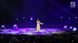 Penyanyi Isyana Sarasvati tampil dalam Upacara Penutupan Asian Games 2018 di Stadion Utama Gelora Bung Karno, Jakarta, Minggu (2/9). Isyana yang mengenakan kebaya berwarna merah muda sukses menyihir para penonton. (Liputan6.com/Helmi Fithriansyah)