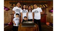 Ashanty dan Anang merayakan ulang tahun anaknya yang kedua yang bertepatan dengan Hari Sumpah Pemuda (Dok. Instagram/@ashanty_ash/https://www.instagram.com/p/BpeC7g5ArRD/?hl=en&taken-by=ashanty_ash/Komarudin)