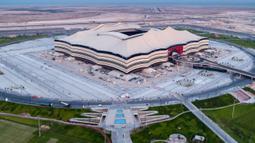 Gambar yang dirilis pada 20 November 2019 memperlihatkan Stadion Al Bayt yang menjadi venue Piala Dunia 2022 sedang dalam pembangunan di utara kota Al Khor. Piala Dunia 2022 Qatar rencananya akan dimulai pada 21 November hingga 18 Desember. (Qatar's Supreme Committee for Delivery and Legacy/AFP)