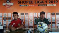 Pelatih Bhayangkara FC Angel Alfredo Vera (kanan) dan bek Putu Gede Juni Antara pada konferensi pers jelang laga melawan Bali United. (Liputan6.com/Dewi Divianta)