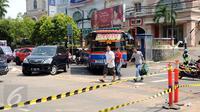 Sejumlah kendaraan dan pejalan kaki terpaksa harus memutar akibat penutupan ruas Jalan Wolter Monginsidi, Jakarta, Jumat (1/1/2016). Penutupan ini terkait robohnya salah satu papan reklame di sisi jalan tersebut. (Liputan6.com/Helmi Fithriansyah)