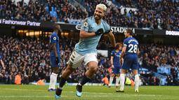 Perayaan gol kedua Aguero yang menjadi bintang pada laga lanjutan Premier League yang berlangsung di stadion Etihad, Manchester, Minggu (10/2). Manchester City menang 6-0 atas Chelsea. (AFP/Oli Scarff)