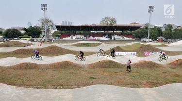 Pembalap bersaing dalam kejuaraan sepeda BMX Bearco Fest 2019 di Jakarta International BMX Track, Pulomas, Jakarta, Minggu (25/8/2019). Bearco Fest 2019 diikuti oleh pembalap sepeda profesional nasional yang terbagi dalam beberapa kategori. (merdeka.com/Iqbal Nugroho)