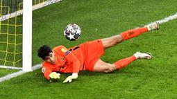 Penjaga gawang Sevilla FC Yassine Bono melakukan penyelamatan saat menghadapi Borussia Dortmund pada pertandingan leg kedua babak 16 besar Liga Champions di Dortmund, Jerman, Selasa (9/3/2021). Laga berakhir imbang 2-2. (AP Photo/Martin Meissner, Pool)