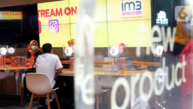 Customer service melayani pelanggan pada Harpelnas 2021 di gerai Indosat Ooredoo Mall Kota Kasablanka, Jakarta, Sabtu (04/9/2021). Kehadiran Gerai Online Indosat Ooredoo untuk meningkatkan pengalaman pelanggan di tengah masa new normal. (Liputan6.com/HO/Rizki)