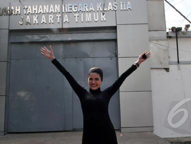Aktris sensasional Nikita Mirzani akhirnya bebas dari Rumah Tahanan Wanita Pondok Bambu, Jakarta, Senin (30/3/2015). (Liputan6.com/Panji Diksana)