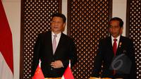 Presiden Indonesia, Joko Widodo (kanan) dan presiden Tiongkok, Xi Jinping saat melakukan pertemuan bilateral di area penyelenggaraan KTT Asia Afrika 2015, di Jakarta Convention Center, Rabu (22/4/2015). (Liputan6.com/Herman Zakharia)