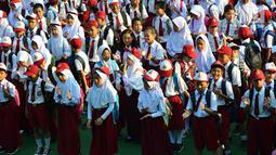 Murid-murid sekolah dasar berbaris di halaman sekolah SDN 03, Pesanggrahan, Jakarta Selatan, Senin (16/7). Hari ini merupakan hari pertama masuk sekolah bagi para siswa dari jenjang TK hingga SMA untuk tahun ajaran 2018-2019. (Merdeka.com/Arie Basuki)