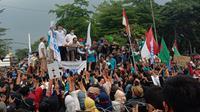 Anggota DPRD Kabupaten Serang menandatangai surat aspirasi penolakan Omnibus Law. Rabu (14/10/2020). (Yandhi Deslatama/Liputan6.com)