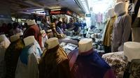 Pedagang melayani pembeli di Pasar Tanah Abang, Jakarta, Sabtu (25/5/2019). Sebelumnya, saat terjadi Aksi 22 Mei 2019, pusat perbelanjaan ditutup sehingga tidak ada kegiatan perdagangan maupun akses transportasi di kawasan ini. (merdeka.com/Imam Buhori)