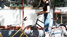 Kacamata gelap menjadi aksesoris andalan ibu dari Siena ini. Ketika memerhatikan foto-foto di akun Instagram pribadinya, Lolita suka berbusana dengan gaya simpel. Kaus dan jeans menjadi busana andalannya juga ketika bersantai. (Liputan6.com/IG/lolitagustine)