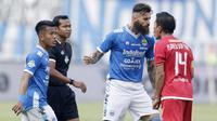 Bek Persib Bandung, Bojan Malisic, bersitegang dengan kapten Persija Jakarta, Ismed Sofyan, pada laga Liga 1 di Stadion GBLA, Jawa Barat, Minggu (23/9/2018). Persib menang 3-2 atas Persija. (Bola.com/M Iqbal Ichsan)