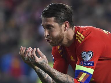 Bek Spanyol, Sergio Ramos, merayakan gol yang dicetaknya ke gawang Norwegia pada laga Kualifikasi Piala Eropa 2020 di Stadion Mestalla, Valencia, Sabtu (23/3). Spanyol menang 2-1 atas Norwegia. (AFP/Jose Jordan)