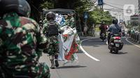 Anggota TNI membawa baliho Rizieq Shihab usai mencopot paksa dari sekitar kawasan Petamburan, Jakarta, Jumat (20/11/2020). Pencopotan dilakukan karena menyalahi aturan yang telah ditetapkan. (Liputan6.com/Faizal Fanani)