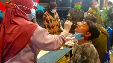 Seorang pengunjung kafe di Pekanbaru terjaring razia protokol kesehatan karena berkerumun di kafe.