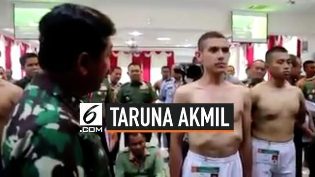 Remaja blasteran Indonesia-Prancis mendadak menjadi pusat perhatian warganet. Wajahnya yang tampan mengalihkan perhatian saat dirinya sedang mengikuti calon taruna Akmil.