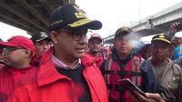 Gubernur DKI Jakarta Anies Baswedan meninjau banjir di kawasan Cipinang Melayu, Jakarta Timur. Rabu (1/1/2020). (Liputan6.com/ Nanda Perdana Putra)